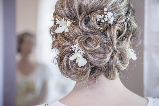 Jaké doplňky zvolit ke svatebním šatům? Efektivní rady a triky