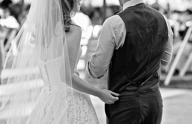 záda novomanželů