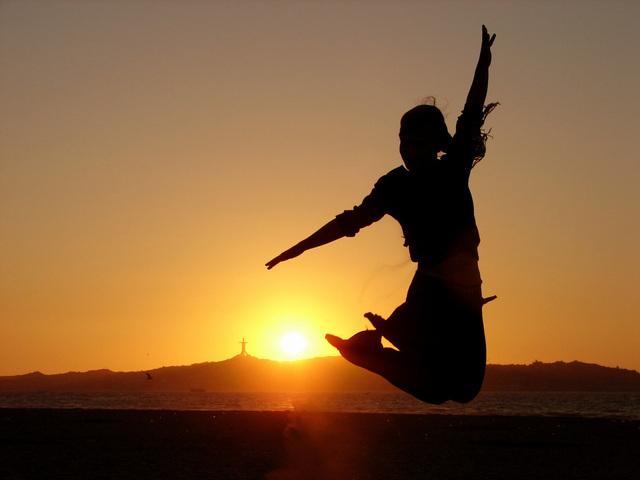 silueta skákající dívky