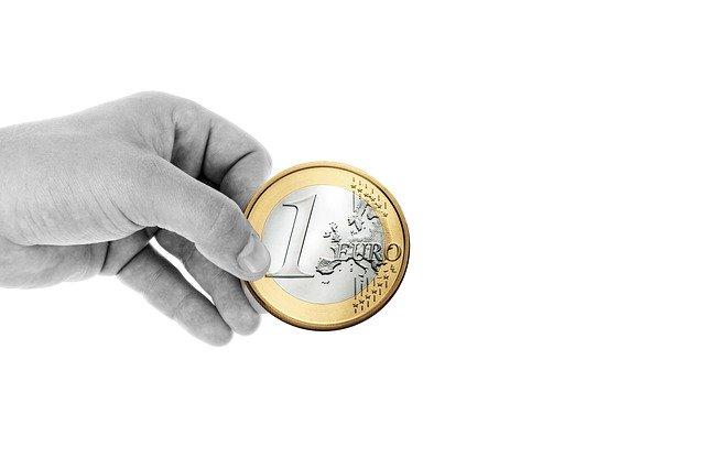 podávání mince