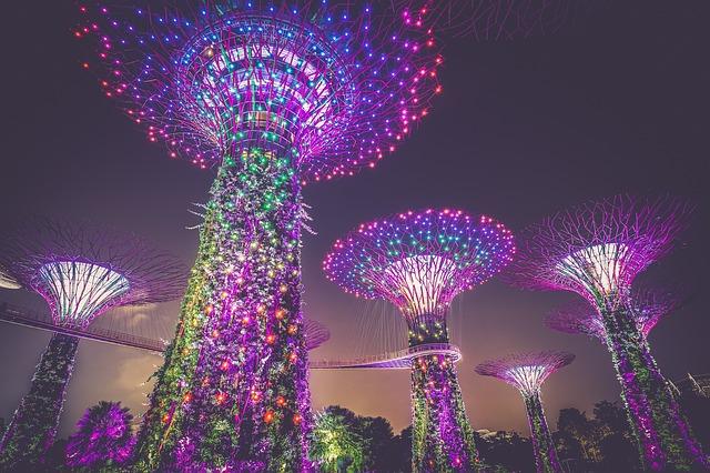 umělé stromy osvětlené LED