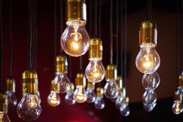 visící slabě rozsvícené žárovky