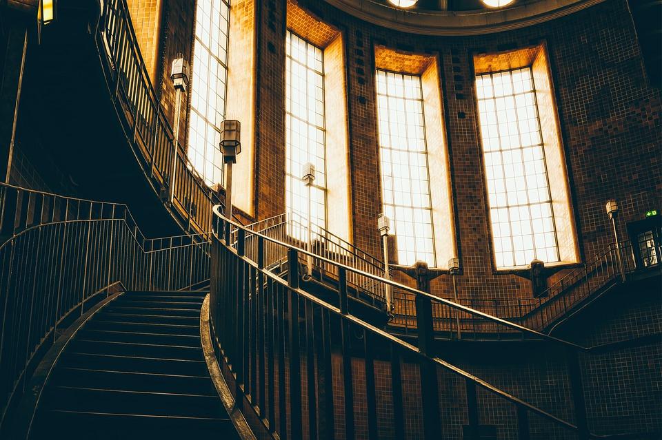 Jak mohou překonávat schodiště lidé s pohybovým postižením