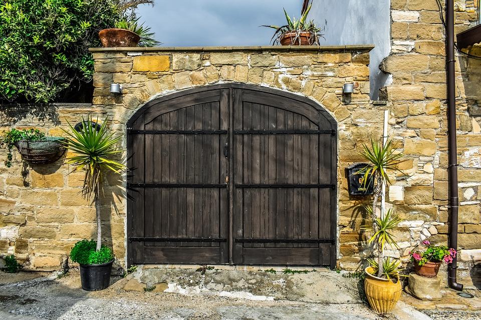 vrata a zeď